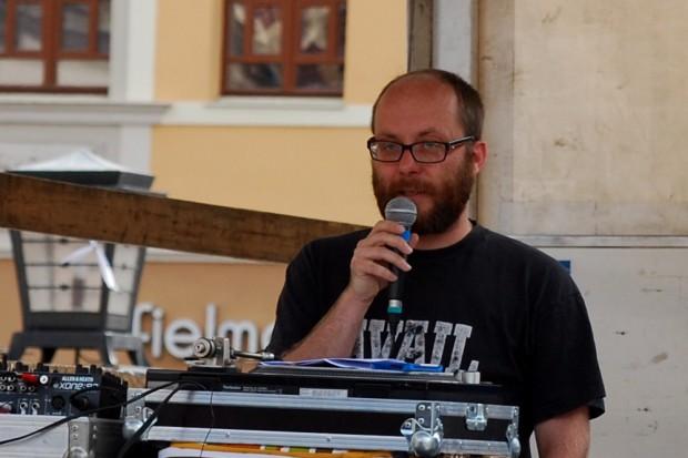 Roman Grabolle von Stadt für Alle auf der Marktplatz. Foto: Michael Freitag