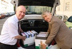Auf nach Berlin: Bernward Rothe und Reinhard Mey verfrachten die Ordner mit den Unterschriften ins Auto. Foto: Ralf Julke