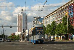 LVB-Straßenbahn unterwegs am Augustusplatz. Foto: Ralf Julke
