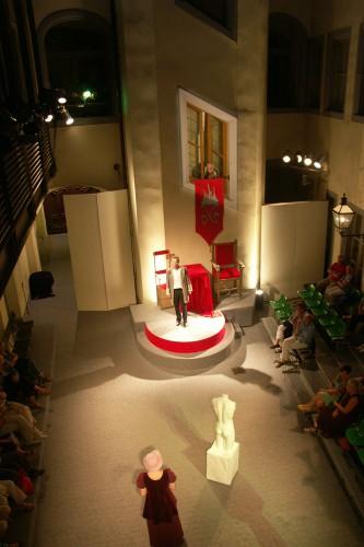 So groß wie Webers Hof ist auch die Sommer-Bühne des Theaters fact, Turmfenster und Balkon spielen mit. Foto: Karsten Pietsch