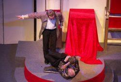 Der Schein trügt: Er liegt zwar am Boden, doch er hat alles im Griff: Tartuffe nimmt alle aus. Foto: Karsten Pietsch