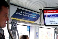 2012 in der Straßenbahn gesehen: Auch privatisierter ÖPNV würde Fahrgeld kassieren. Foto: Ralf Julke
