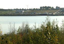 Noch ohne 320 Motorboote: Zwenkauer See mit Hafenpanorama. Foto: Ralf Julke