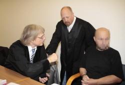 Die Verteidiger Rolf Franek und Fritz Philipp Döringer mit Drogenkurier Zhivko Z. (v.l.). Foto: Martin Schöler
