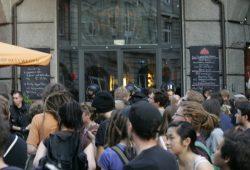 Vor dem Hundertwasser glaubten Gegendemonstranten Neonazis im Lokal zu erkennen Foto: Sebastian Beyer