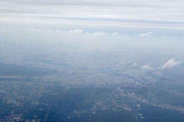 Im Landeanflug auf Paris. Die Seine schlängelt sich hindurch, auf der linken Seite ist schwach das Dreieck des Eiffelturms zu erkennen. Das dunkle Rechteck in der Bildmitte ist der Tour Montparnasse. Foto: Patrick Kulow