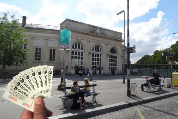 Unsere nun schon abgestempelten und benutzten OrlyBus-Tickets. Im Hintergrund die RER-Station im Pariser Süden: Denfert-Rochereau. Foto: Patrick Kulow