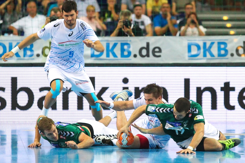 Unbedingter Wille: Maximilian Janke (li.) und Bastian Roscheck erkämpfen gemeinsam den Ball zurück. Foto: Jan Kaefer