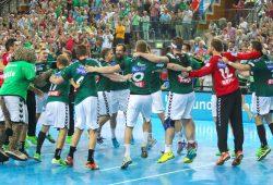 Das DHfK-Team feiert den ersten Bundesliga-Sieg im ersten Spiel im Jubelkreis. Foto: Jan Kaefer