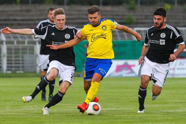Paul Schinke (Lok) behauptet den Ball gegen Alexander Schmitt (Sandersdorf). Foto: Jan Kaefer