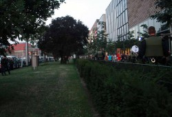 Legida zieht nach vollzogenem Kreisvrkehr mit Polizeischutz an den Höfen am Brühl entlang ab. Foto: L-IZ.de