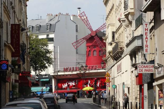 """Das Varieté-Showtheater """"Moulin Rouge"""" im Pariser Stadtteil Montmartre. Ich möchte Ihnen nicht die Illusion nehmen, aber das war und ist gar keine richtige Mühle. Alles nur Show - auf und in dem Theater. Foto: Patrick Kulow"""