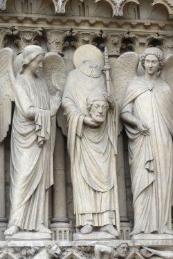 """Der kopflose Heilige Denis """"Saint Denis"""" am Kirchenportal von Notre-Dame. Foto: Patrick Kulow"""