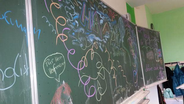 Geburtstagsgrüße der Schüler für den Lehrer. Ein Verhältnis, in das die AfD gern hineinschauen möchte. Foto: L-IZ.de