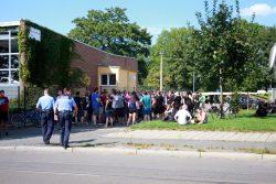 Aktivisten versperren die Ausfahrt. Foto: Alexander Böhm
