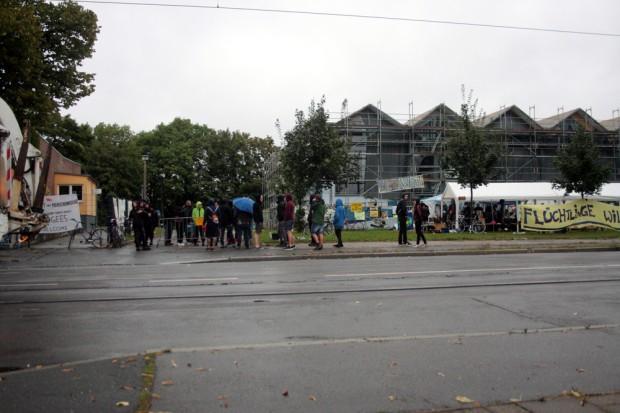 Aktivisten versperren erneut die Einfahrt zur Halle. Foto: Alexander Böhm