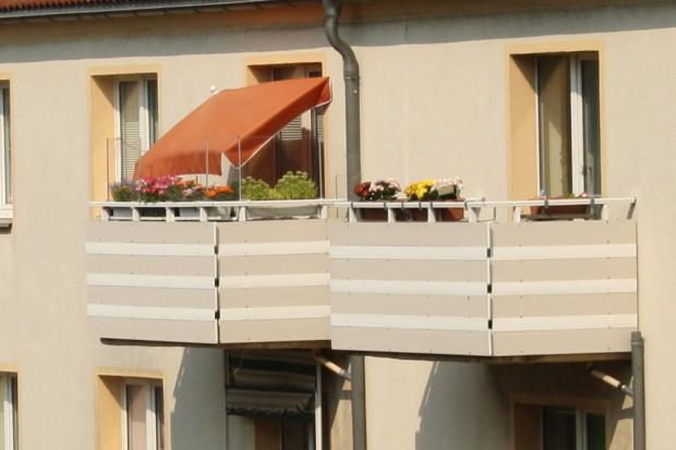 Alles, was Schatten spendet: Wenn die Sonne auf den Balkon fällt, hilft auch der Sonnenschirm. Foto: Ralf Julke
