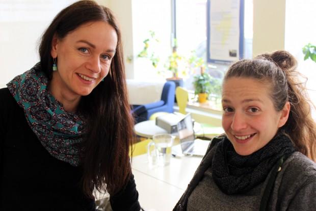 Barbara Röhner (li) mit einer Künstlerfreundin. Foto: Volly Tanner
