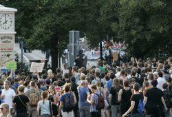 Nach Protesten am Brühl zog es die Gegendemonstranten zur angemeldeten Demo an der Thomaskirche Foto: Sebastian Beyer