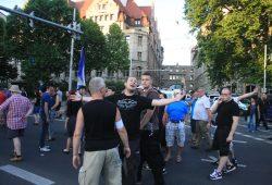 Enrico Böhm bei Legida am 6. Juli 2015 - Ein Ordner musste ihn zurückhalten. Foto: Alexander Böhm