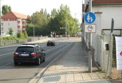 Bergab geht's auf der Brandenburger Straße Richtung Adenauerallee: Der ausgewiesene Weg ist für Radfahrer und Fußgänger gemeinsam zu schmal und zu steil. Foto: Ralf Julke