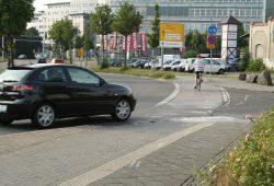 Brandenburger Straße: Kurz hinterm Baumarkt biegt die Abkürzung zum Hauptbahnhof von derr B2 zum Hauptbahnhof ab - viele Kraftfahrer bemerken die Radfahrer an dieser Stelle zu spät. Foto: Ralf Julke