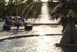 Rettung an heißen Tagen: ein Plätzchen am Brunnen auf dem Richard-Wagner-Platz. Foto: Ralf Julke