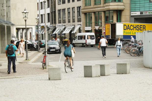 Die wandernden Steine vom Burgplatz als Hinderfnisparcours - hier an der Burgstraße. Foto: Ralf Julke