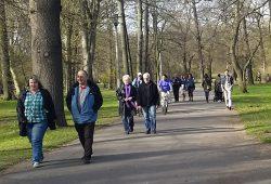 Verweilen und spazieren: Beim ersten Sonnenstrahl treibt's die Leipziger in den Clara-Park. Foto: Marko Hofmann