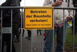 Demonstrativ wurde ein Bauzaun aufgestellt. Foto: Alexander Böhm