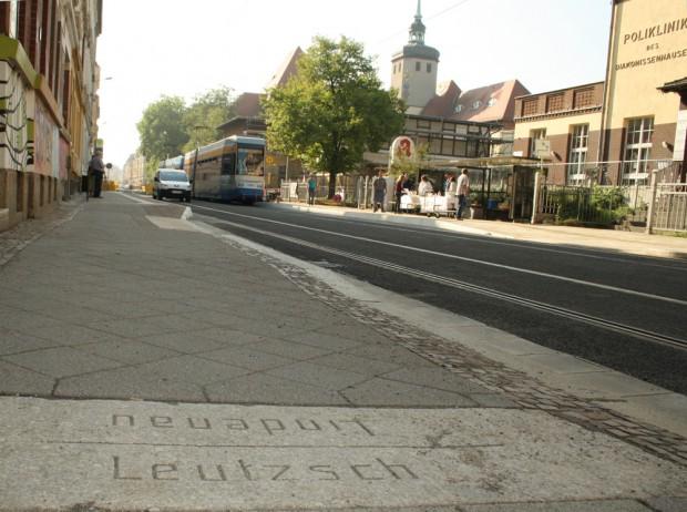 Blick von der Granitplatte mit der Flurgrenze hinüber zum Diakonissenkrankenhaus. Foto: Ralf Julke