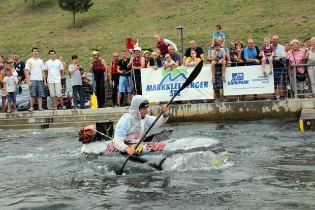 """Sieger der diesjährigen Auflage wurde die Mannschaft """"Die Inspiraten"""" mit ihrem Fluxkompensator-Zeitboot. Foto: Kanupark Markkleeberg"""
