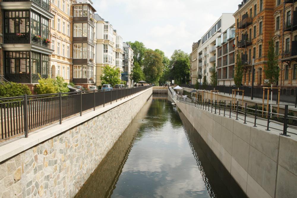 Haben auch eine wichtige Klimafunktion für die Stadt: kleine Wasserläufe wie hier der Elstermühlgraben. Foto: Ralf Julke