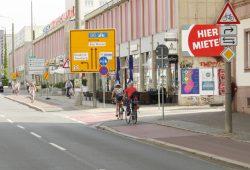 Da helfen alle Warnzeichen nichts: Die Mündung der Emilienstraße in die Windmühlenstraße ist ein hochgefährlicher Punkt. Foto: Ralf Julke