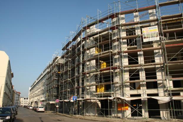 Wohnungsbau - wie hier in der Emilienstraße - lohnt sich in Leipzig wieder - aber die neuen Mieten übersteigen meist die finanziellen Möglichkeiten vieler Wohnungssuchender. Foto: Ralf Julke