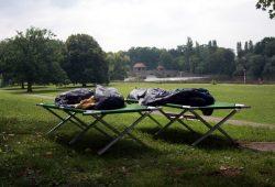 Feldbetten vor der Ernst-Grube-Halle. Foto: Alexander Böhm