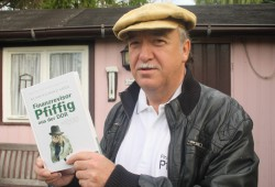 """Klaus Richard Grün mit seinem Buch """"Finanzrevisor Pfiffig aus der DDR"""". Foto: Ralf Julke"""