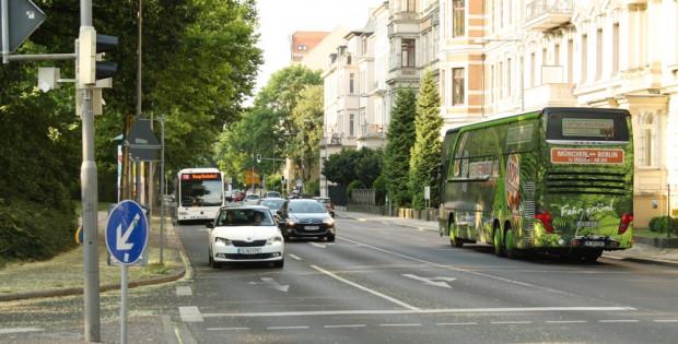 Der Floßplatz: vierspurig für den Kfz-Verkehr, aber kein Platz für Radfahrer. Foto: Ralf Julke