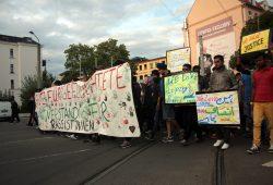 Flüchtlinge und Aktivisten protestieren zusammen am 25. August in Connewitz. Foto: L-IZ