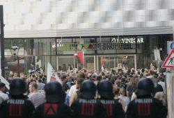 Auch die Gegendemonstranten liefen wieder zurück zum Brühl Foto: Sebastian Beyer