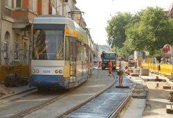 Linie 7 fährt durch die Baustelle direkt vor der künftigen Haltestelle Diakonissenhaus. Foto: Ralf Julke