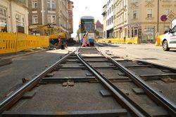 Linie 7 auf provisorischen Gleisen unterwegs durch die Georg-Schwarz-Straße. Foto: Ralf Julke