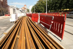 Diese Gleise müssen noch zwischen Paul-Gruner-Straße und Hohe Straße montiert werden. Foto: Ralf Julke