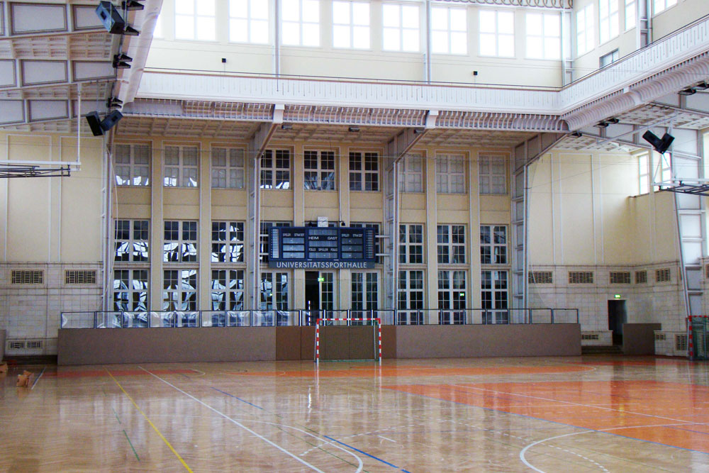 Kurzfristig zur Erstaufnahmeeinrichtung gemacht: die Ernst-Grube-Halle. Foto: Universität Leipzig