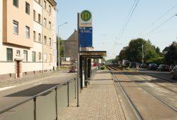 Für pralle Sonne sichtlich nicht geeignet: typischer Fahrgastunterstand der LVB. Foto: Ralf Julke