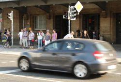 Chaos an der Fußgängerampel vorm Hauptbahnhof: Radfahrer von rechts, Radfahrer von links, Autos auf allen Fahrbahnen und die Straßenbahn fährt grade weg ... Foto: Ralf Julke