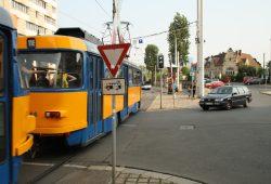Auf der Hauptbahnhof-Westseite kann man geradeaus - muss aber mit Fußgängern, Radfahrern und dicken Litfaßsäulen rechnen. Foto: Ralf Julke