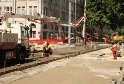 An der Hohen Straße werden die Betonplatten für den Gleiskörper gegossen. Foto: Ralf Julke