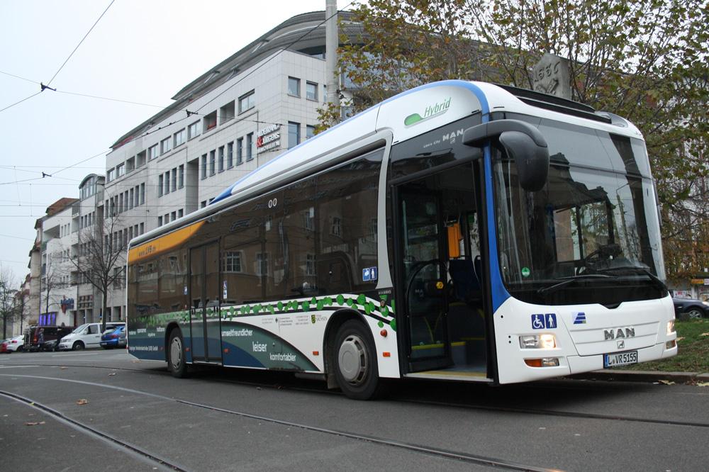 Hybridbus der LVB am Connewitzer Kreuz. Foto: Ralf Julke