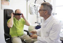 Bernd Burkhardt beim ersten Anschalten der neuen Retinaprothese. Foto: Stefan Straube/UKL